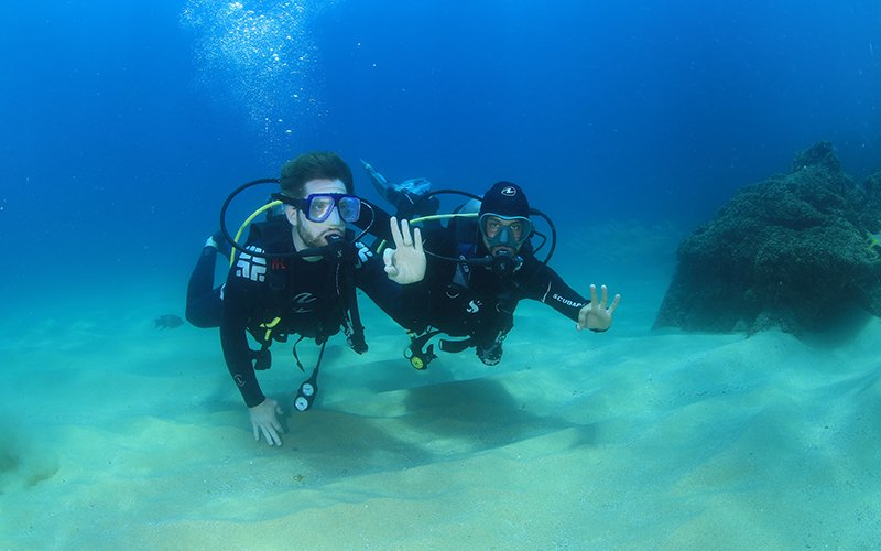 Scuba divers underwater on the PADI Discover Scuba Diving tour|